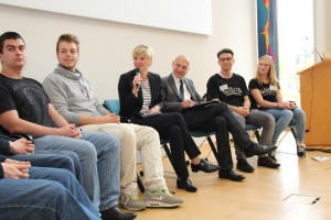 Talkrunde mit Staatssekretär Bernd Neuendorf und Jugendlichen