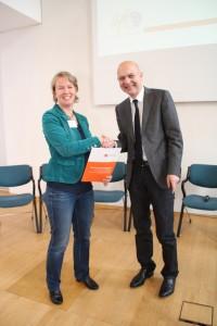 Überreichung der Hanslungsempfehlung durch Ulrika Engler, Leiterin des aktuellen forum nrw e.V., an Staatssekretär Bernd Neuendorf